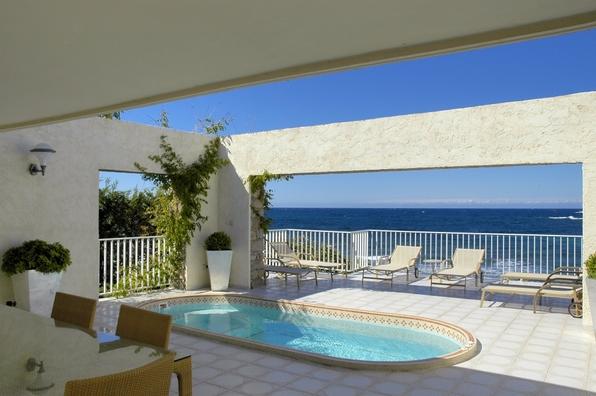 La superbe piscine de la villa Cala Rossa face au phare d'Ile Rousse